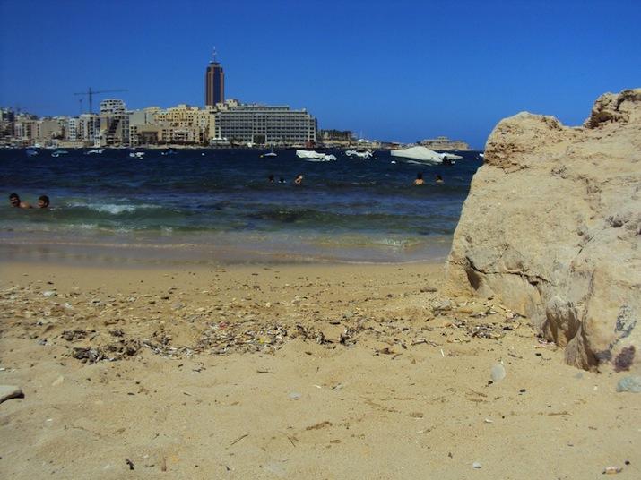 Strand med usikt över St Julians
